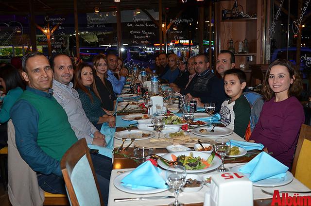 Abdurrahman Alaattinoğlu Ortaokulu Müdürü Mehmet Pişkin ve okulun öğretmenleri poz verdi.