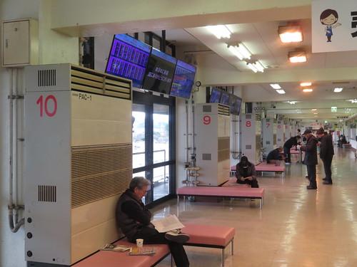 金沢競馬場の馬場寄りのコンコースの空調