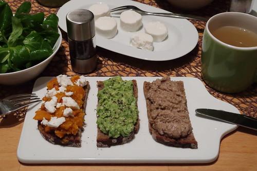 Kürbisaufstrich mit Ziegenfrischkäse, Avocadocreme mit Pfeffer sowie Walnussaufstrich auf Roggenbrot