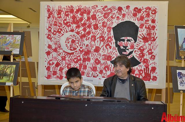 Sergi alanında piyano çalan Engelsiz Sanat Atölyesi üyesi Mustafa Can Karadede büyük beğeni topladı.