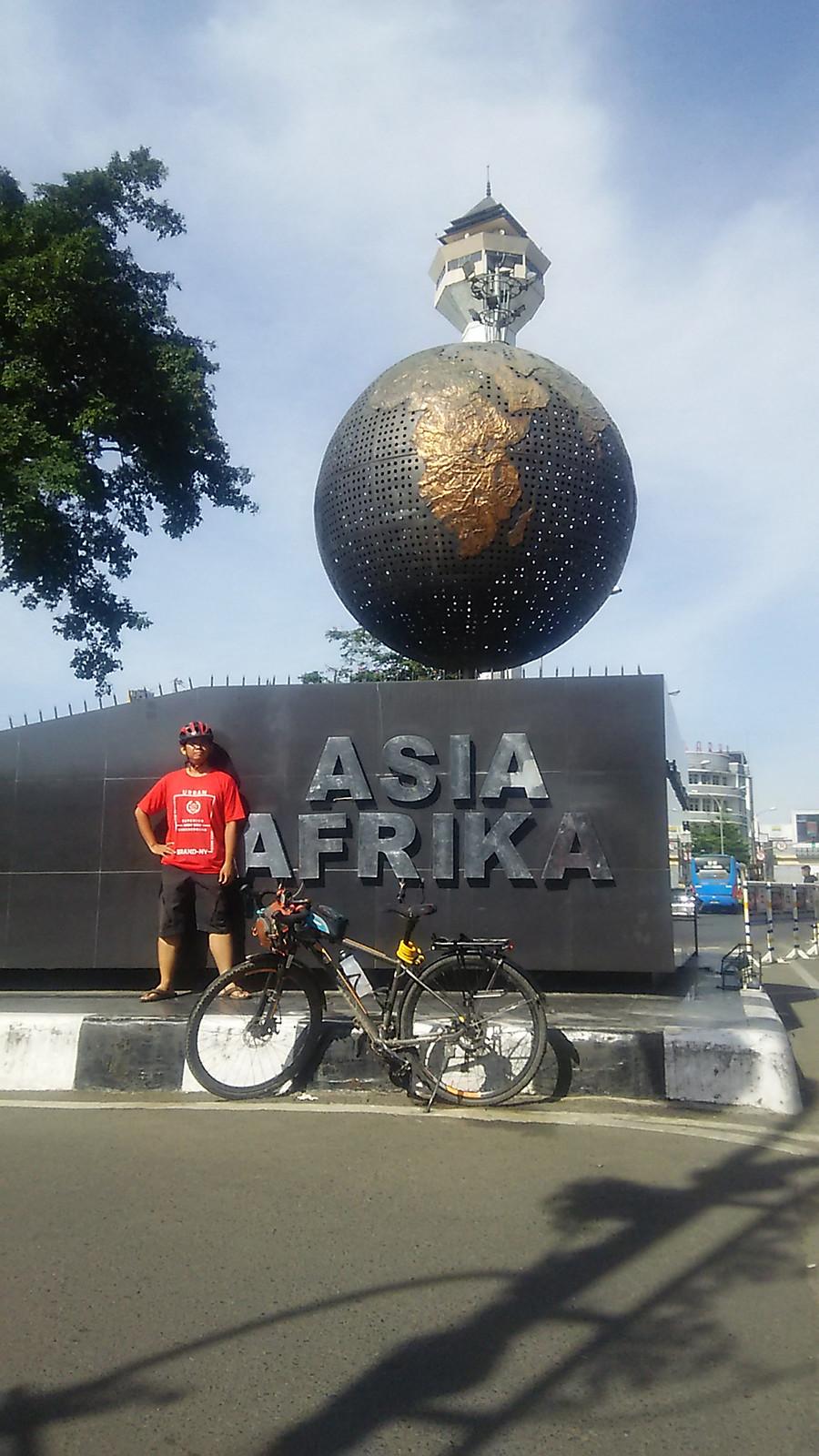 Jalan Asia Afrika, lokasi digelarnya KAA (Konferensi Asia Afrika)