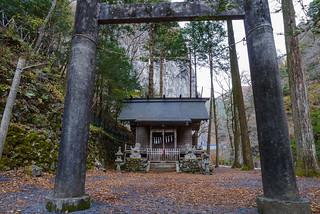 階段を上って鳥居を潜れば一石山神社