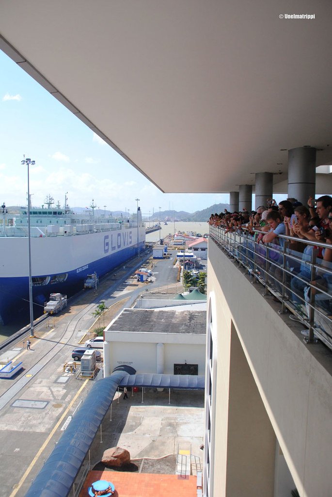 Yleisöä Panaman kanavalla