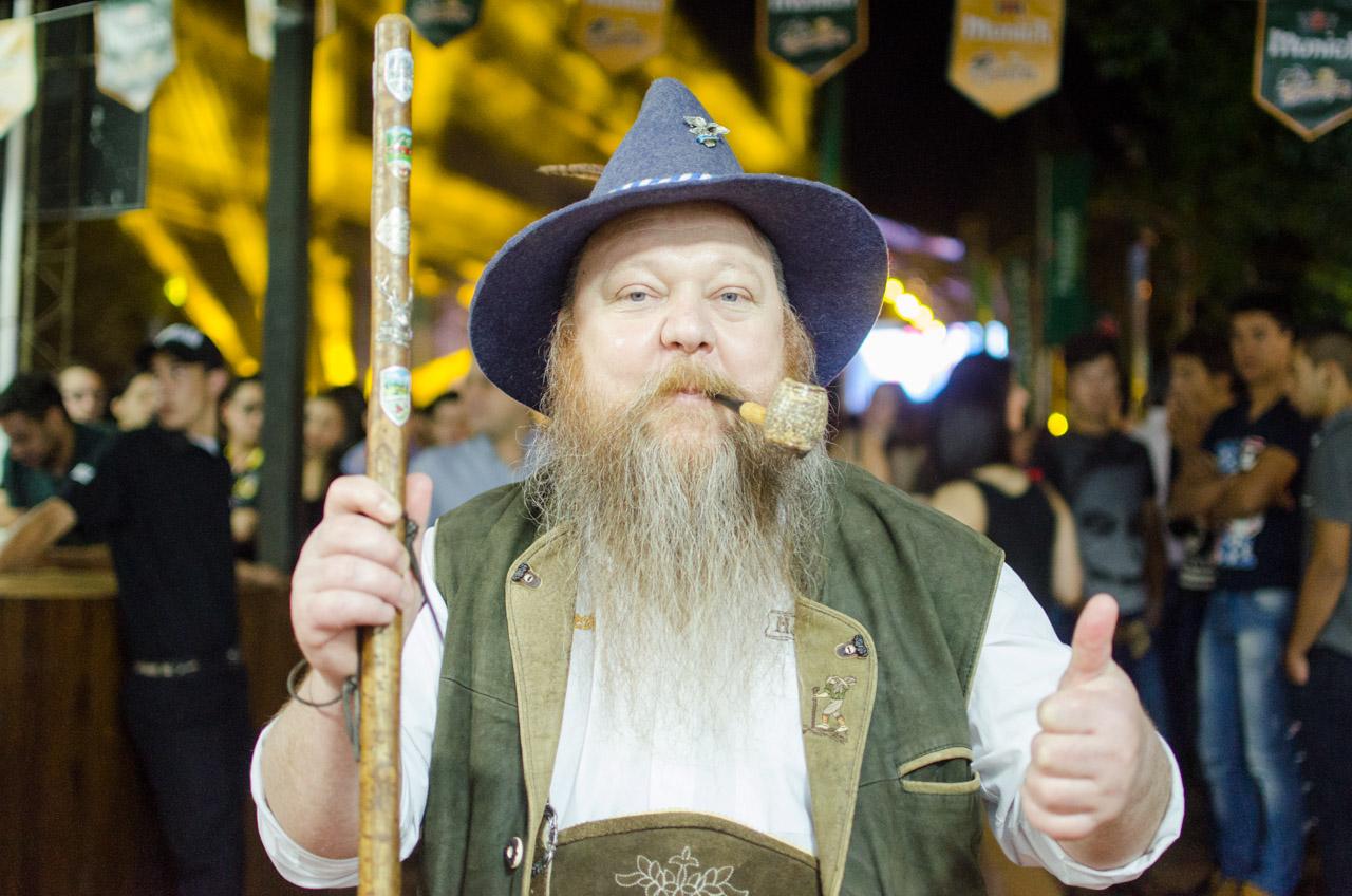 Martín Dietze vistiendo el traje típico alemán, como todos los años, en la fiesta de la cerveza del Club Alemán de Obligado. (Elton Núñez).