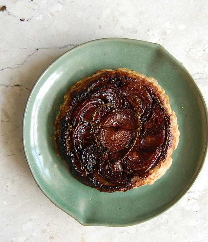 Red onion tarte tatin with rye pastry / Tarte tatin de cebola roxa com massa de centeio