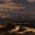 9. November 2017 - 22:21 - Superposition de 3 poses longues de 30 secondes pour le premier plan, et d'une de 30 secondes pour le ciel, avec un orage lointain qui éclatait en mer, direction sud dans un contexte de retour d'est. Ici un filet d'eau autour des roches du Gaou, direction sud.