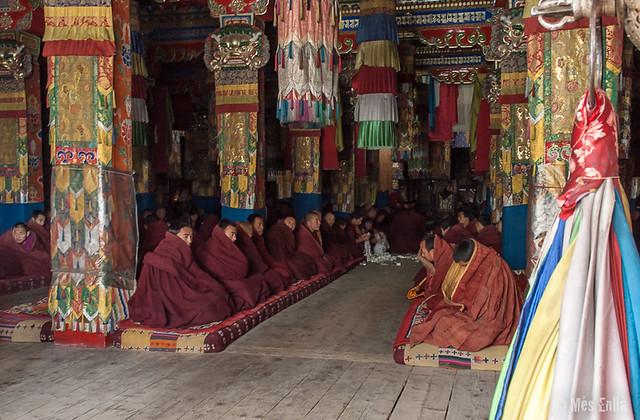 Monjes en el interior de uno de los monasterios de Labrang en Xiahe