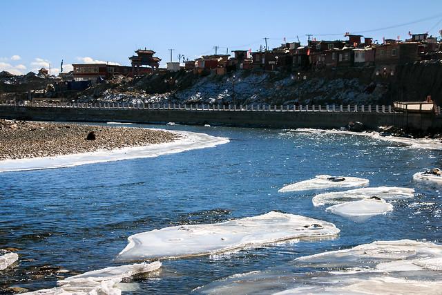 Partly frozen river in Yarchen Gar アチェンガルゴンパ 部分的に凍った川