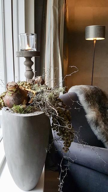 Kerststuk vensterbank, fauteuil met vachtje