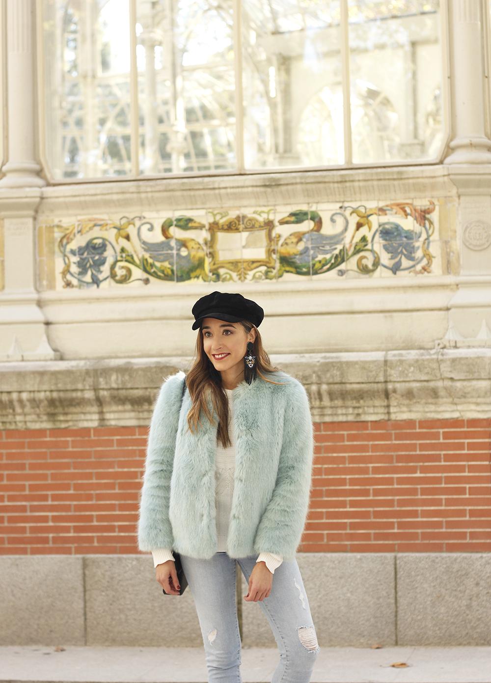blue light faux fur coat navy cap ripped jeans zara tiger uterqüe earrings outfit street style09