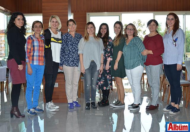 Alanya Doğa Koleji İlkokul Müdürü Yadigar Akış ve öğretmenler Albüm için poz verdiler.
