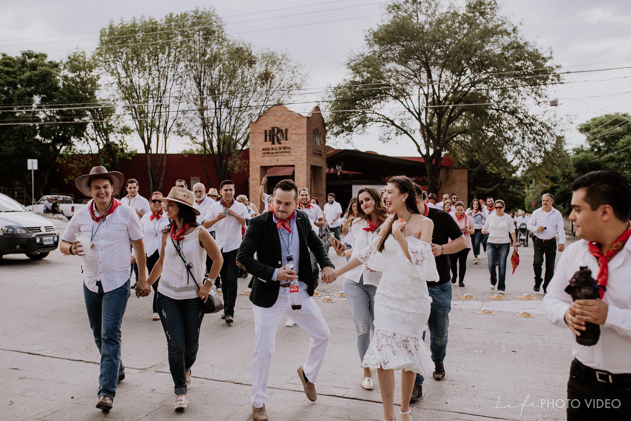 SanMigueldeAllende_Wedding_Callejoneada_Vaquillada_0049