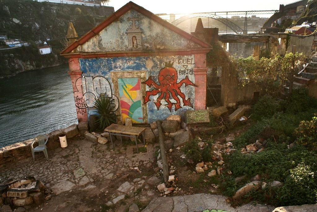 Chapelle, street art et petit jardin dans le quartier.