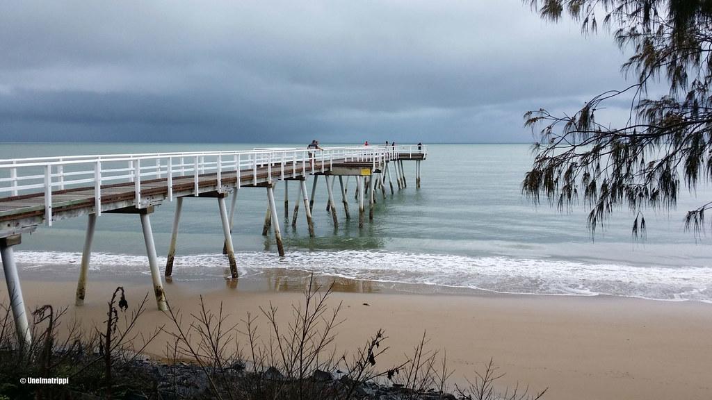 Ukkostava taivas ja laituri Hervey Bayssä, Australiassa