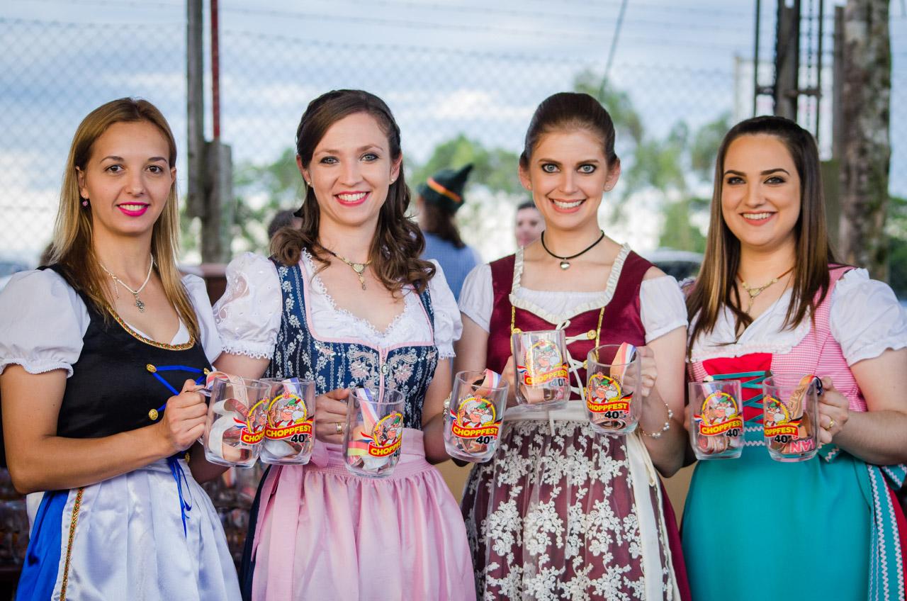 Las mujeres encargadas de la distribución de manijas de chopp en la fiesta de la cerveza de Colonia Independencia. (Elton Núñez).