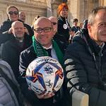 Il direttore generale #CarloIacovitti col il pallone autografo dell'#AvezzanoCalcio donato a #PapaFrancesco. #Roma #udienza #Vaticano #Avezzano #Calcio #Marsica #Abruzzo - https://www.flickr.com/people/151908067@N08/