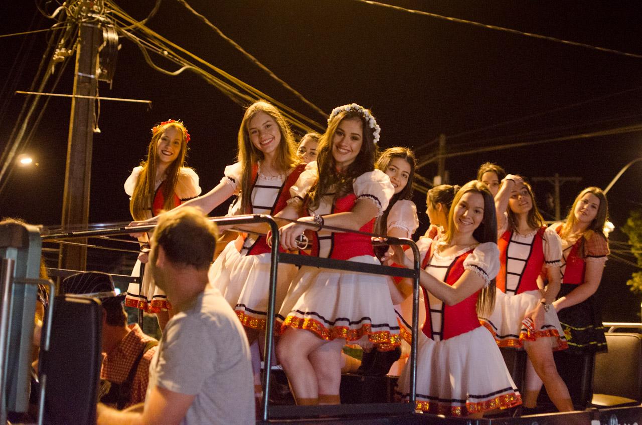 En las calles del distrito de Obligado, las bailarinas de la escuela de danza municipal invitan a todo el público a presenciar la fiesta y probar la cerveza, en una caravana. (Elton Núñez).