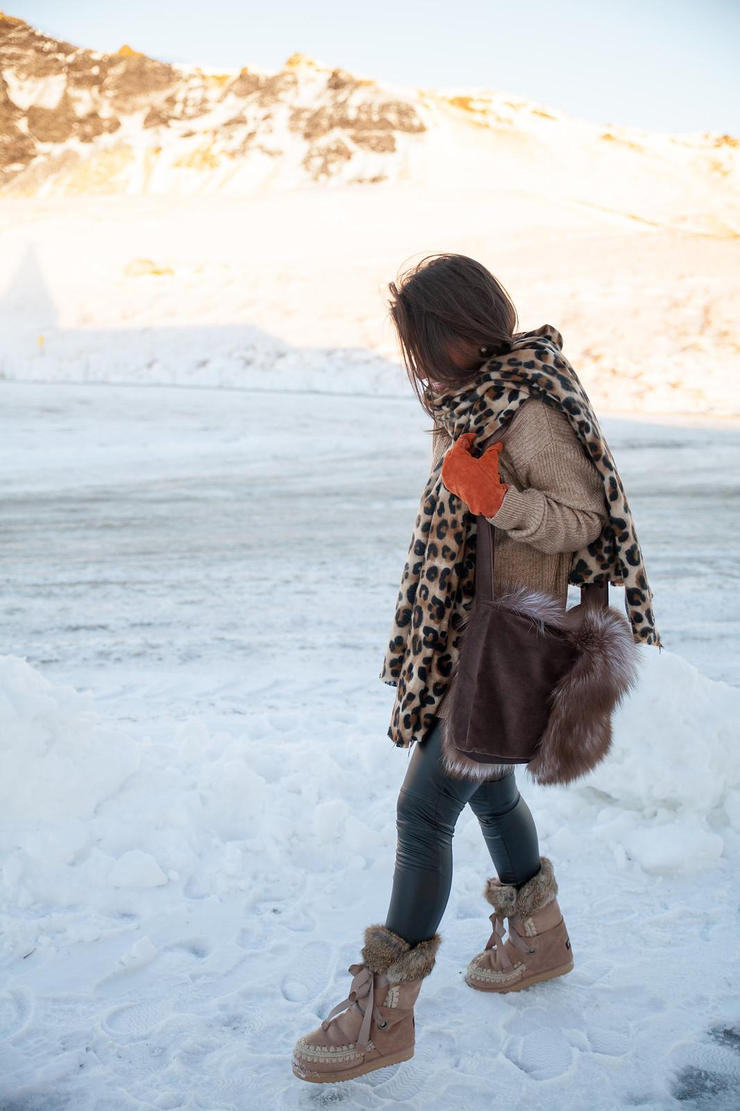 iceland theguestgirl laura santolaria ropa para ir a islandia diciembre auroras boreales bufanda de leopardo bolso de pelo barcelona influencer traveler mou boots outfit