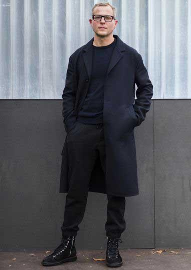 黒チェスターコート×黒Tシャツ×黒スウェットパンツ×黒ブーツ