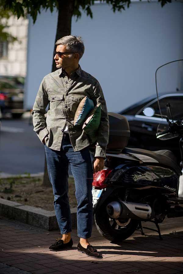 ミリタリーシャツ×ブラックジーンズ×ブラウンスエードタッセルローファー