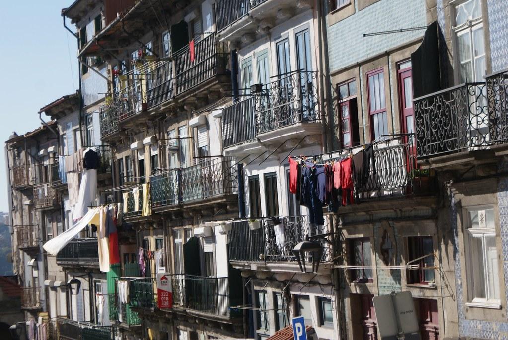 Façades où tout varient : les hauteurs des étages, les couleurs des murs, les motifs des carrelages, les ferronneries... Toutes la magie de Porto et du Portugal.