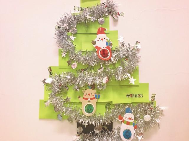 便利貼聖誕樹,用紙膠帶把飾品掛得滿滿的!