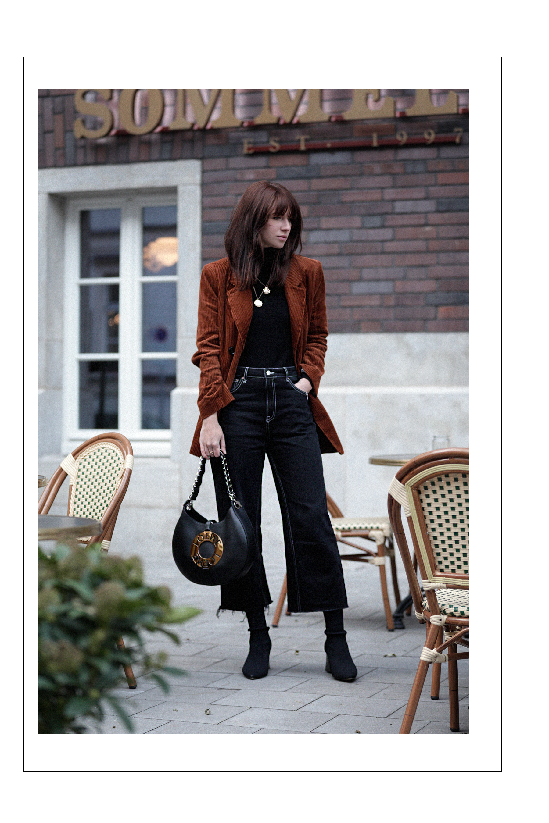 outfit brown cord cognac blazer jacket loewe joyce bag parisian cafe parisienne paris chic louis poulsen gucci sunglasses sock boots styling catsanddogsblog ricarda schernus modeblogger fashionblog düsseldorf max bechmann fotograf film 5