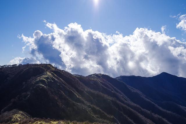 塔ノ岳-丹沢山の稜線の背後から雲が上がる