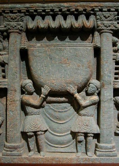 Masyarakat Kushan membawa mangkuk Sang Buddha. Relief Gandhara dari abad ke-2.