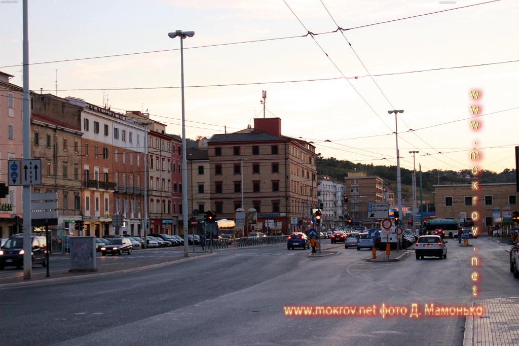 Анкона — город-порт в Италии с фотоаппаратом прогулки туристов