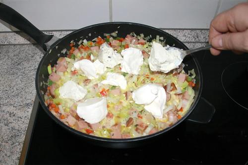 44 - Schmand & Kräuterfrischkäse unterheben / Add sour cream & herb cream cheese