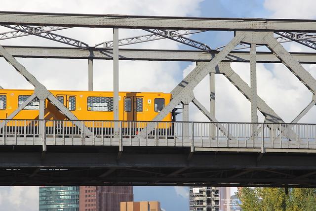 U-Bahn U1 auf der Brücke im Gleisdreieckpark