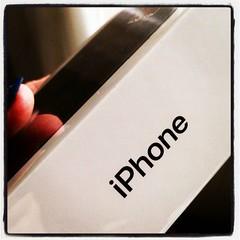 Dags att packa upp ny jobbtelefon, som också blir min första iPhone. Pluspoäng för att plasten runt kartongen inte kräver kniv - dra lite i en flärp, that's it! Jag är redan imponerad. :telephone_receiver: