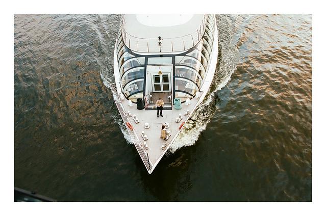 Чувак с пледом на Москва - реке