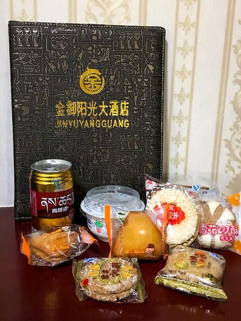 """Snack time at """"Jin Yu  Yang Guang Hotel"""", Garzê 甘孜「金御阳光大酒店」の部屋でおやつタイム"""