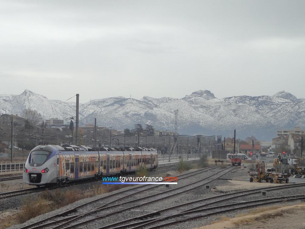 Une rame Régiolis Alstom (la B84603-B84604 TER SNCF PACA) entrant en gare d'Aubagne-en-Provence le 2 décembre 2017