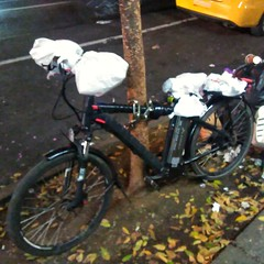 Working bikes of NYC: The food delivery riders don't need Bar Mitts or your fancy pogies. Naw, they got plastic bags! #bosnhnytripnov2017