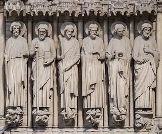 Estatuas de apóstoles en la fachada de la Catedral de Notre Dame, París, Francia