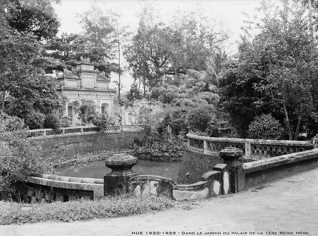 HUE 1920-1929 - Dans le jardin du palais de la 1ère Reine Mère.