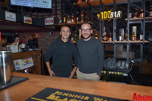 Sky Bar çalışanları Albüm'e poz verdi.