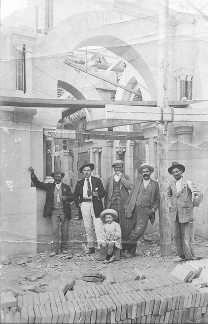 Edouard Hourdillé y su hijo con miembros de la obra de la estación de ferrocarril de Toledo en 1916. Foto de F. Salgado.  Donación de David Pinaquy Hourdillé.