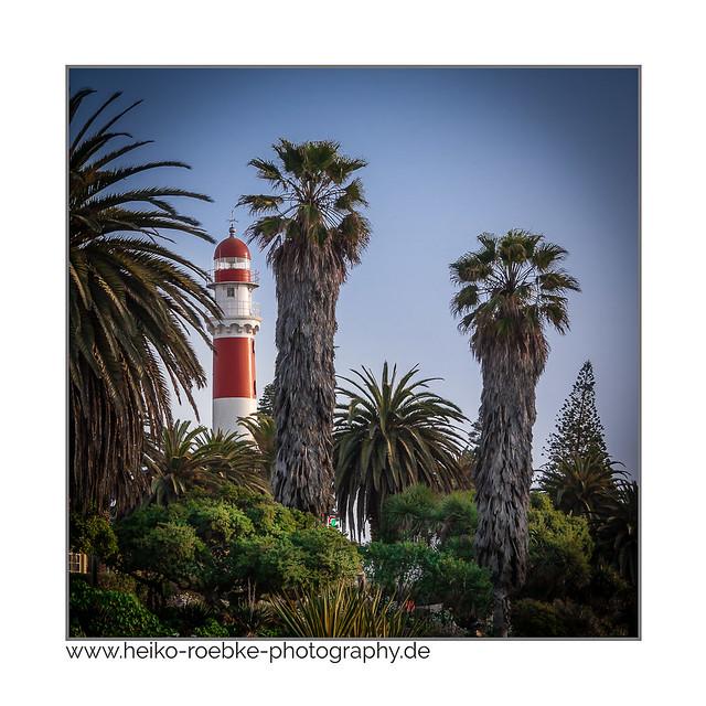 Leuchtturm unter Palmen