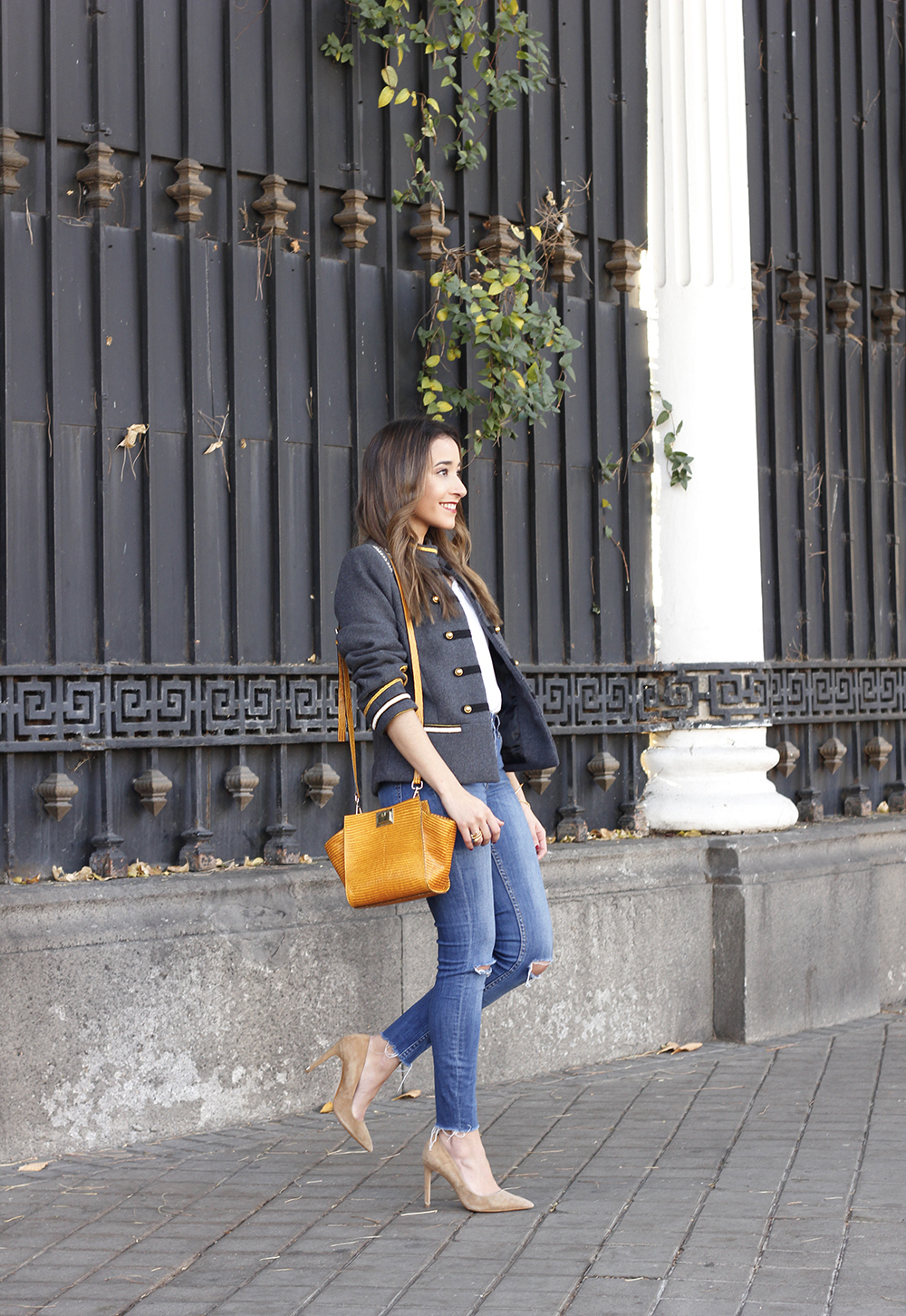 military gray jacket ripped jeans mustard uterqüe bag nude heels fall outfit fashion03