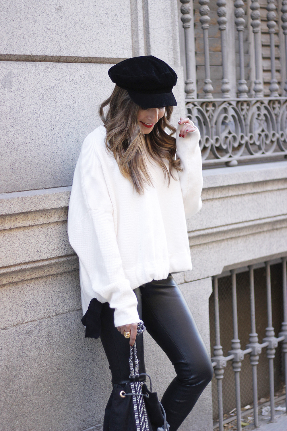 white sweater black leatherette pants sailor cap fall outfit trend tendencias otoño12