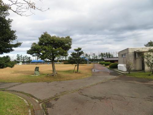 金沢競馬場の内馬場のトイレと通路