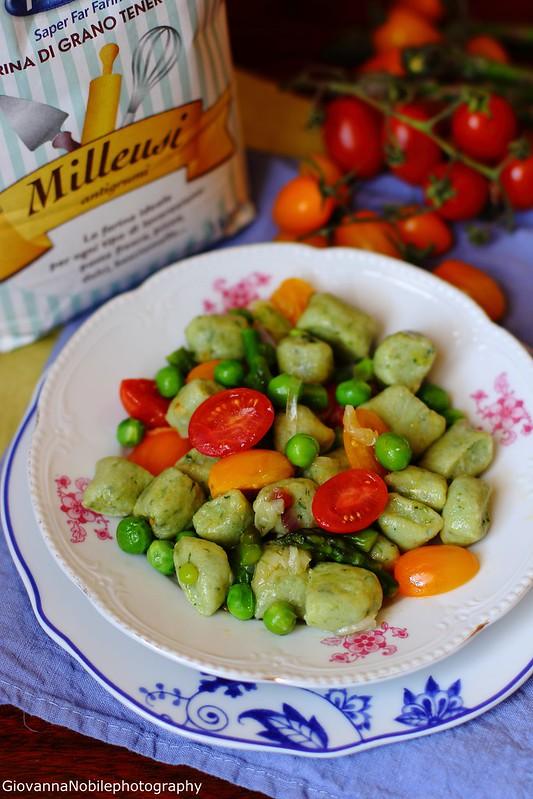 Gnocchi di ricotta e basilico, con ragù di asparagi, piselli e pomodori datterini 1