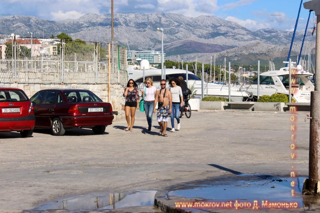 Сплит — город в Хорватии прогулки туристов с фотокамерой