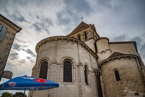 30-Derrière l'église le bistrot