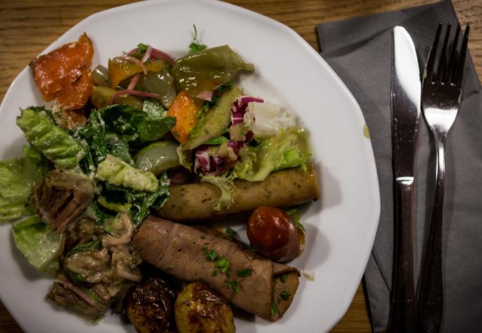 saksalainen ruoka makkara hapankaali sianniska caesar salaatti peruna