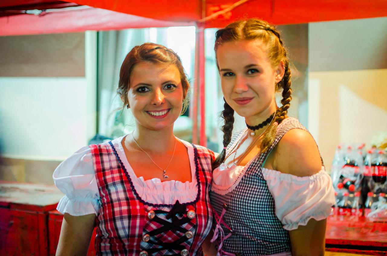 Hermosas mujeres forman el staff de la fiesta de la cerveza en el Club Alemán de Colonia Independencia. (Elton Núñez).
